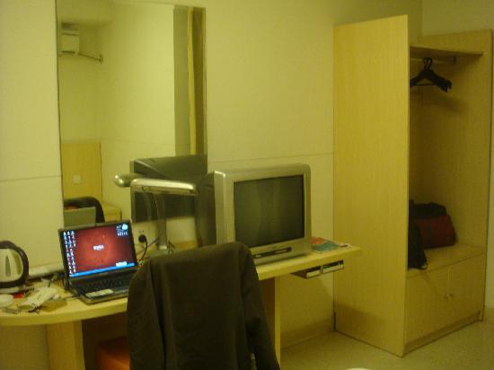 Jinjiang Inn Huai'an Bus Station: 衣柜,桌子、电视、镜子,该有的都有了。