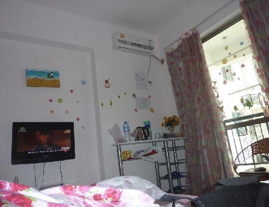 Tianlan Holiday Inn Sanya Dadonghai : 在床上照的很漂亮的屋子。。就是乱点别介意
