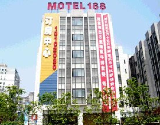 Motel 168 (Shanghai Ningxia Road): 外面,过个马路就是轻轨