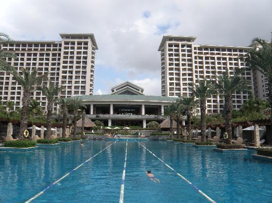 Howard Johnson Resort Sanya Bay: 酒店泳池和中间部位