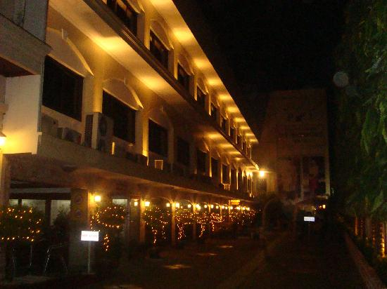 PJ Watergate Hotel: 晚上的门口