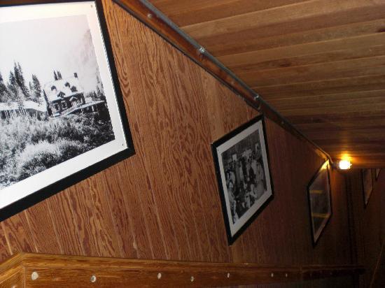 Alta Lodge: 楼梯间的木墙上挂着Alta的历史图片