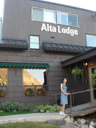 """这是文中提到的那片连接楼梯间与Alta Lodge主体的'开放性空间"""""""