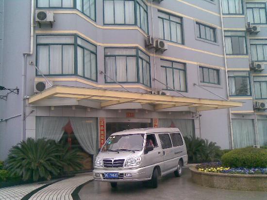 Jiu Gong Hotel: 宾馆的楼门