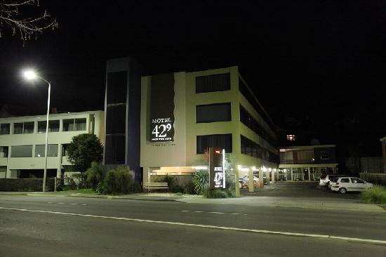 Motel 429: 大大的招牌引人注目