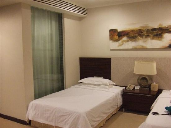 Jing Di Hotel: 床与洗澡间