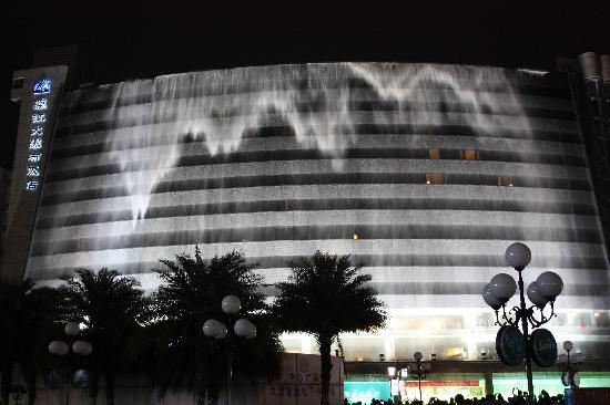 Lijiang Waterfall Hotel: 桂林 漓江大瀑布饭店(晚上7点半开始的瀑布表演)