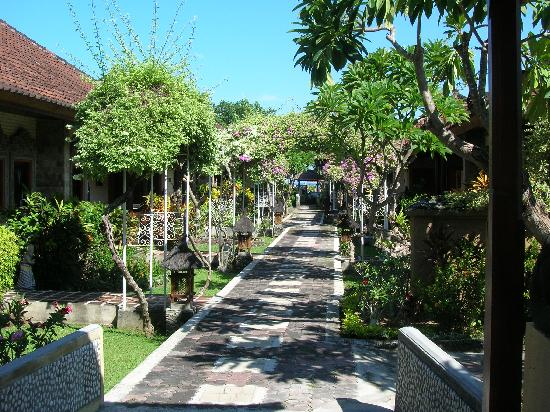 Bali Taman Resort & Spa: 过路