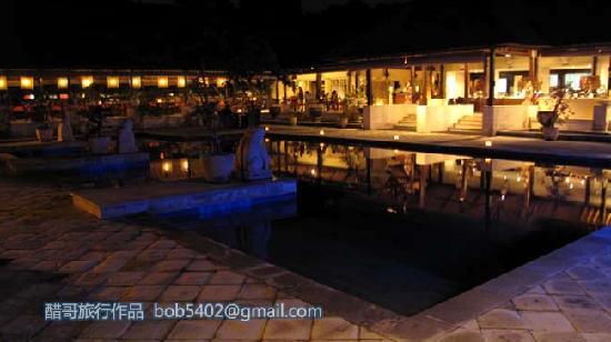Mercure Resort Sanur: 酒店游泳池的夜景