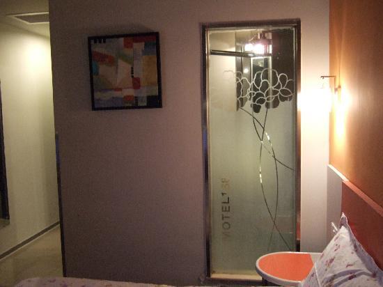 Motel 168 Tianjin Conservatory of Music: 透明的浴室
