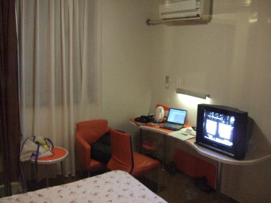 Motel 168 Tianjin Conservatory of Music: 很小的桌子和电视机