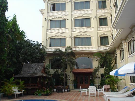 Monoreach Angkor Hotel: 花园和酒店