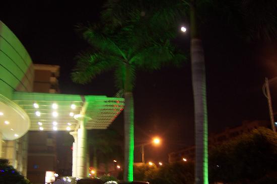 Park City Hotel - Xiamen China : 这是酒店外,我们照得有点模糊