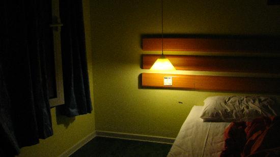 Home Inn (Beijing Mudanyuan): 床头灯和窗帘。