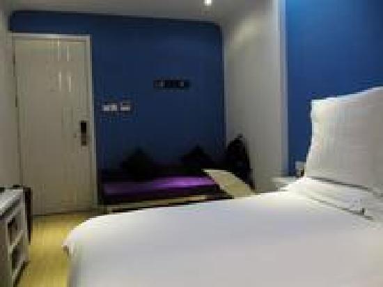 Weike Jiari Hotel : 站在卫生间往门口照