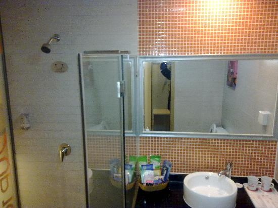 U Pin 100 Hotel: 卫生间
