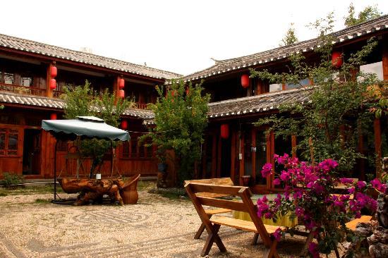 Back Garden Hostel: 前面的四合院(右边的为视听)