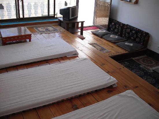 Zai Lu Shang Inn: 超大凉台、阳光充足、空气新鲜、适度为拉萨最好的院落(榻榻米,自由个性空间,1-6人可住)