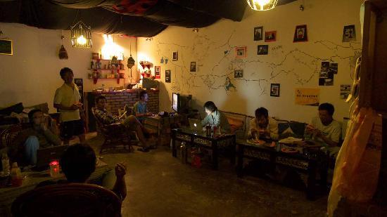 Zai Lu Shang Inn: 一楼接待大厅也是个酒吧
