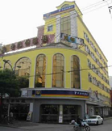 7 Days Inn (Shanghai Caoxi Road): 酒店全景