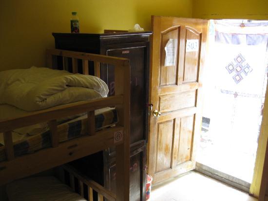 Lhasa Phuntsok Khasang International Youth Hostel: 六人间图片~从我床的角度拍过去的