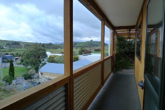 Dusky Lodge & Backpackers: 房门是落地玻璃,走廊外的风景很开阔