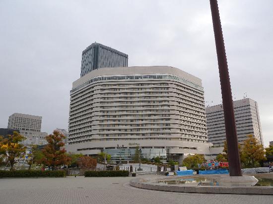 โรงแรมนิว โอตานิ โอซาก้า: 酒店正面,过了图片下方的桥就是大阪城公园