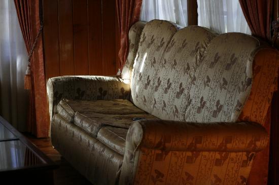 Quality Inn Glens Falls: 二楼休闲区沙发
