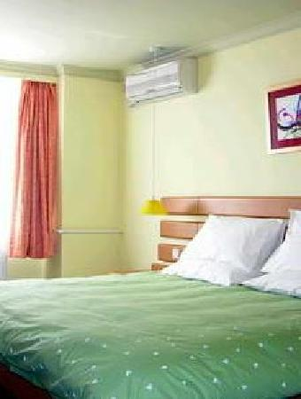 Home Inn Yangshuo West Street: 手机照的客房