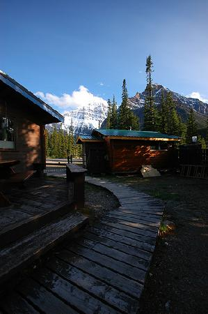 HI Mt. Edith Cavell Wilderness Hostel : 远处可以看到Edith Cavell下