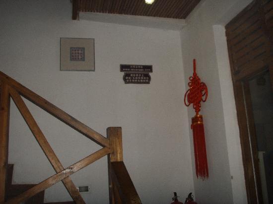 Yangshuo Sunvalley Hotel: 内部的木质楼梯