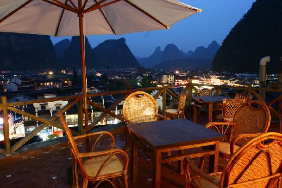 Yangshuo Sunvalley Hotel: 晚上的房间门外的露台景色