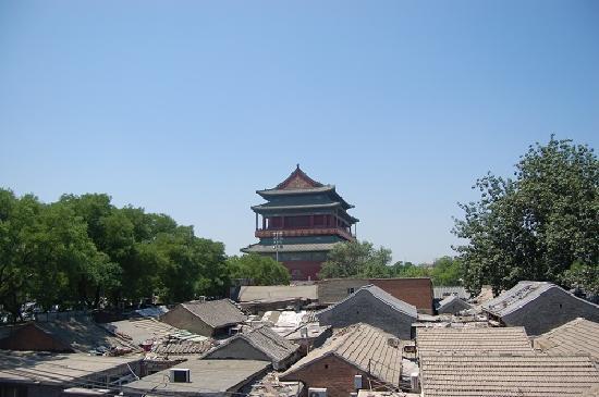 Nostalgia Hotel Beijing Nanluogu Alley: 窗口望出去的鼓楼和下面的四合院