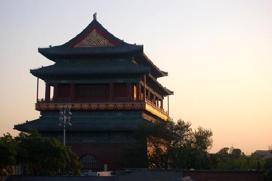 Nostalgia Hotel Beijing Nanluogu Alley: 窗口望出去的鼓楼日落