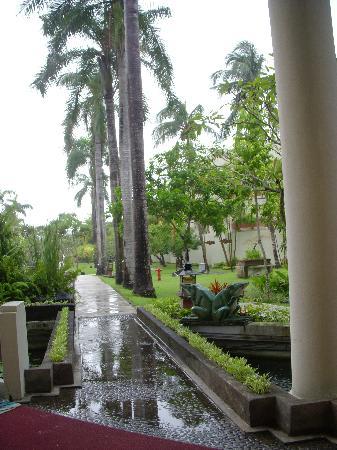 Royal Rattankosin Hotel: 自助餐厅外的园林景色
