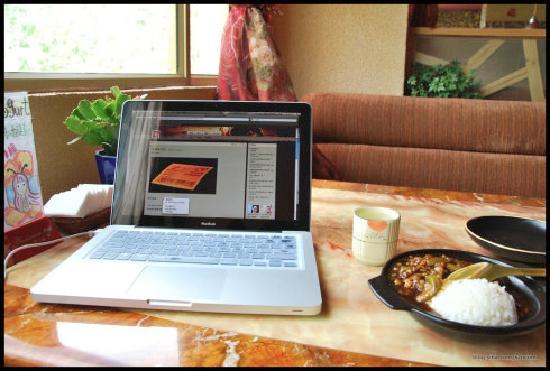 Lhasa Phuntsok Khasang International Youth Hostel: 餐吧的靠窗座位