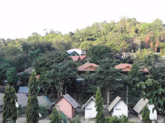 Phuttachot Resort: 从酒店的阳台望出去就是葱葱郁郁的小山