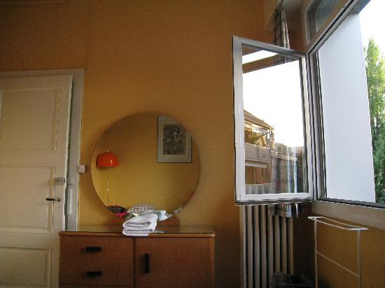 Vevey Hôtel & Guesthouse : 房内另一侧,还好有个窗户