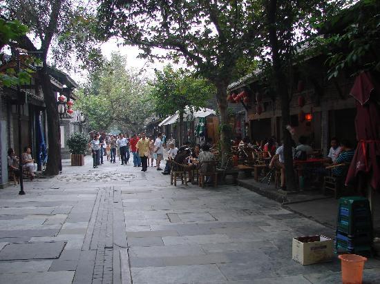 Dragontown International Hostel Chengdu: 旅社外面的宽巷子,很代表成都的地方