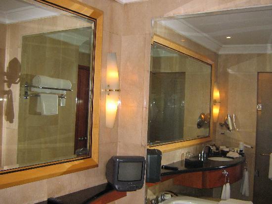 Pan Pacific Manila: 无比宽敞的洗手间