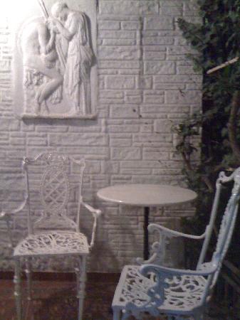 Marble House: 酒店门口别致的小桌椅