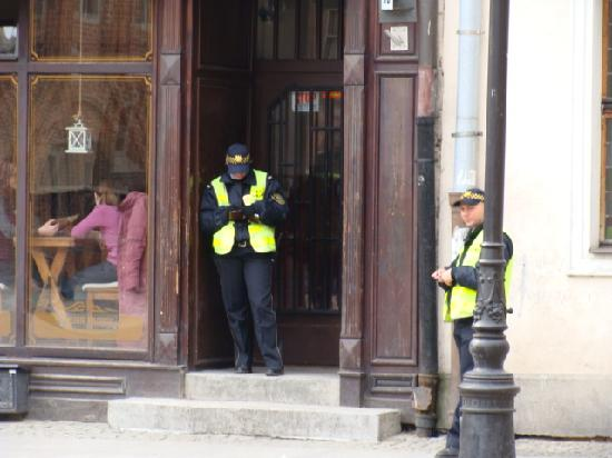 Torun, Poland: 在广场上执勤的警察,晚上也有,所以老城也很安全。
