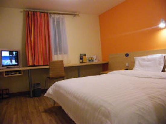 7 Days Inn (Wuhan Huashi): 暖色调温馨的房间