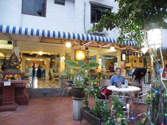Sawasdee Banglumpoo Inn: 傍晚的酒店