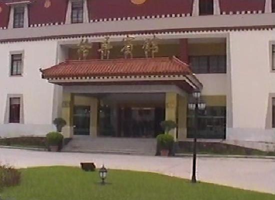Gesang Hotel : 有藏族风格的酒店大门