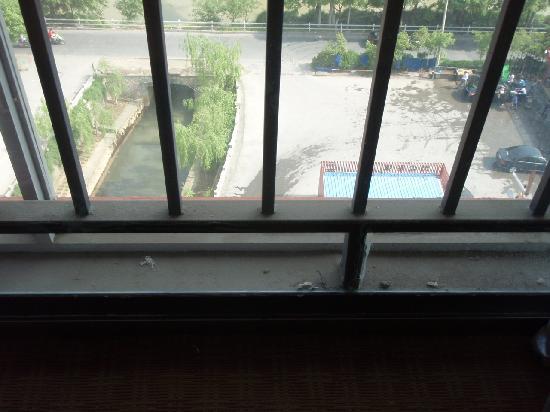 Motel 168 (Fuyang Sunquan Road) : 外窗玻璃夹缝处
