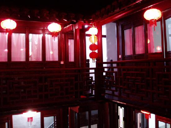 Ma's Hostel: 晚上的客栈
