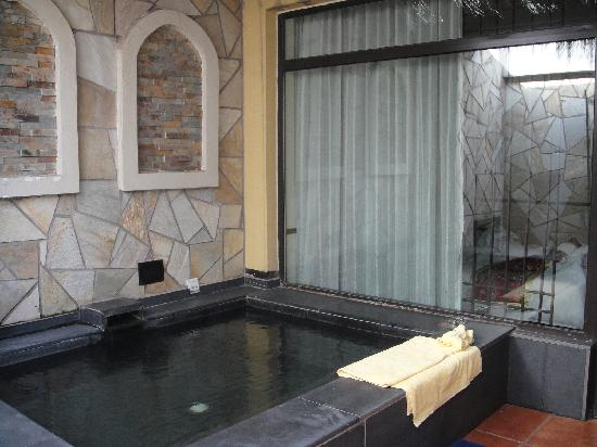 Tuanbo Lake Hotspring Resorts & Spa: 带小温泉池的酒店客房