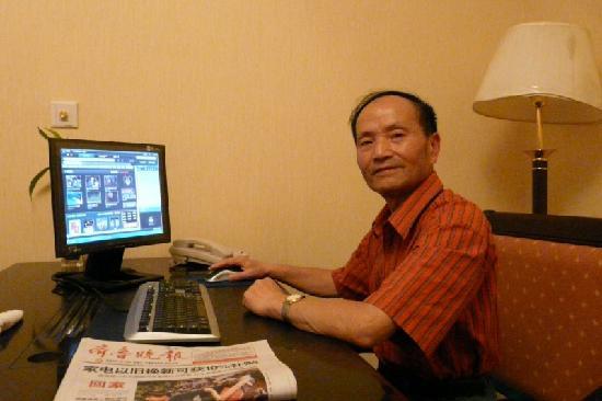 Binfen Wuzhou Boutique Hotel Jinan Bayi Lijiao Bridge : 爱人在房间上网