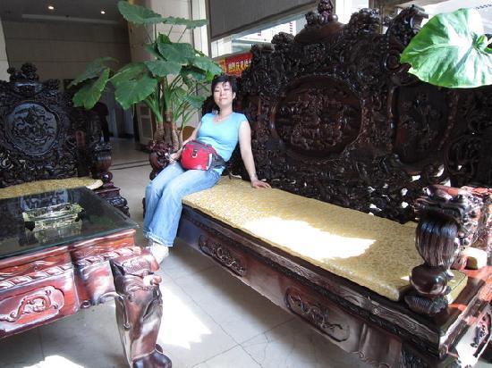 """Guilin Zelin Hotel: 酒店大堂的一套""""龙椅"""""""